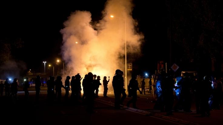 Polizeibeamte im sächsischen Heidenau. Ende August 2015 war es in dem Ort zu Ausschreitungen zwischen Polizei und Asylgegnern gekommen. Grund dafür war die Unterbringung von 250 Migranten in einem ehemaligen Baumarkt.