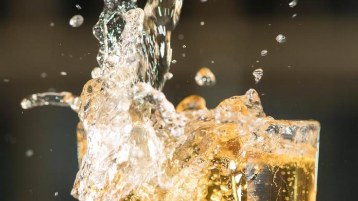 Apfelsaftschorlen gelten als gesunde Durstlöscher - doch die meisten Fertigschorlen schneiden im Test nicht gut ab. (Foto)