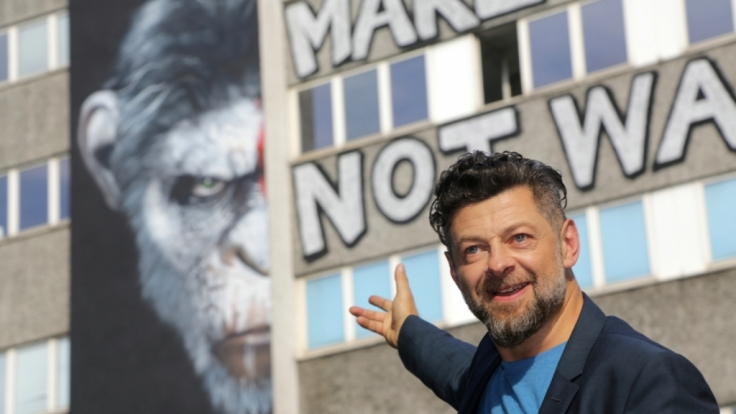 Andy Serkis vor dem größten «Planet der Affen»-Graffiti in Berlin. (Foto)