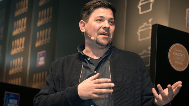 TV-Koch Tim Mälzer wurde bei TV-Dreharbeiten verletzt.