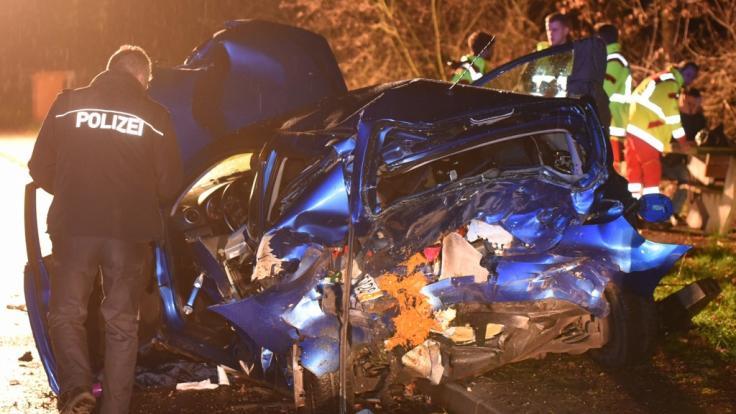 Nach der Unfallfahrt eines 18-Jährigen ist eine 39 Jahre alte Mutter im hessischen Heppenheim gestorben - das Auto der Frau glich nach dem Crash einem Trümmerhaufen. (Foto)