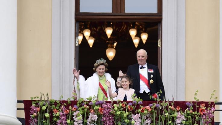 König Harald und Königin Sonja von Norwegen anlässlich des 80. Geburtstags des Königs auf dem Balkon des Königspalastes in Oslo. (Foto)