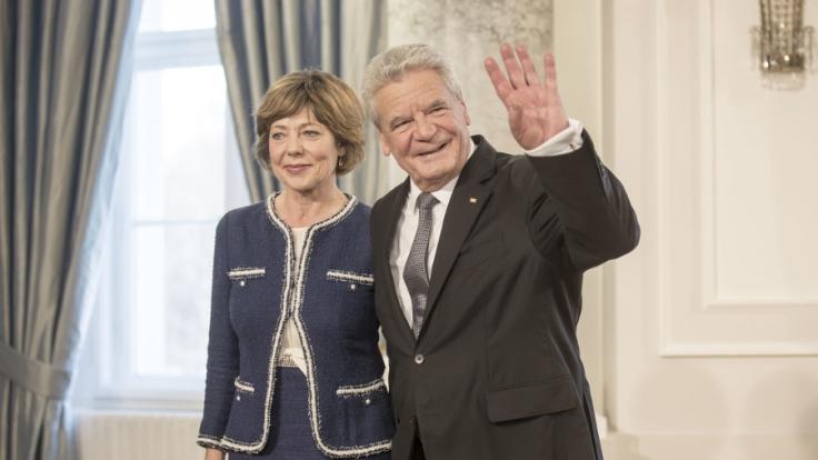 Bundespräsident Joachim Gauck winkt neben seiner Lebensgefährtin Daniela Schadt im Schloss Bellevue.