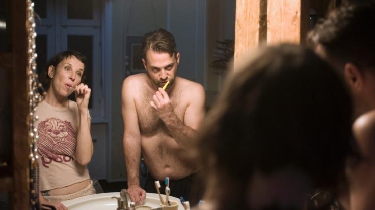 Nina Rubin (Meret Becker) und ihr Mann Viktor (Aleksandar Tesla) bei abendlichem Ritual im Bad.