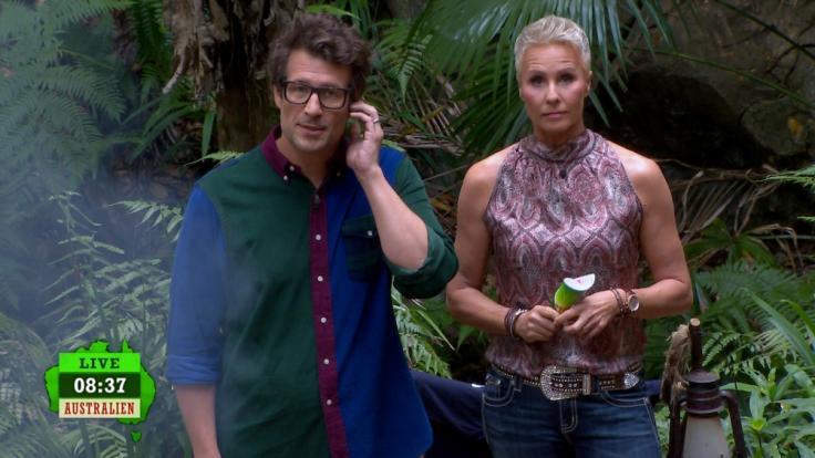 Sonja Zietlow und Daniel Hartwich verkünden den Kandidaten, dassauf Grund von Serverproblemen an Tag 14 keiner den Dschungel verlassen muss.