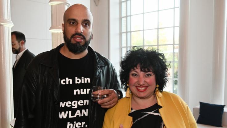 """Meltem Kaptan (r.) gemeinsam mit ihrem Comedy-Kollegen Abdelkarim beim """"WDR Treff"""" im Jahr 2019. (Foto)"""
