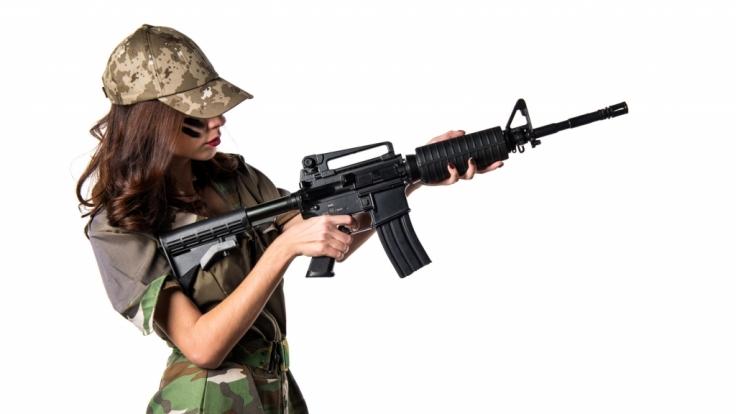 Fehlverhalten bei Polizei und Bundeswehr: Wieso beide Berufsgruppen unter besonderer Beobachtung stehen (sollten).