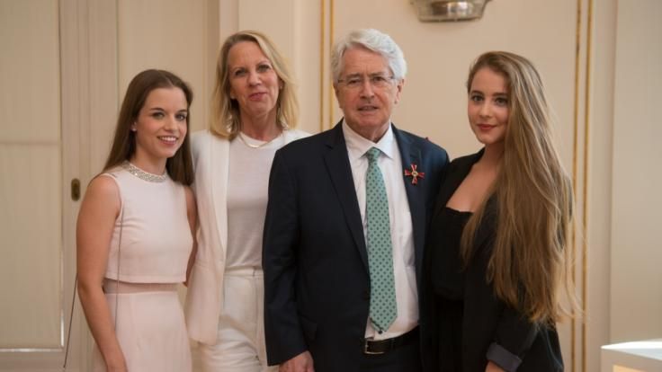 Bei der Verleihung des Bundesverdienstkreuzes 2017: Lena Maria Elisa, Britta Gessler, Frank Elster und Enya Elstner. (Foto)