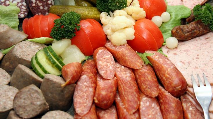 Schinken-Rotwurst, die bei Aldi Nord und Aldi Süd verkauft wurde, wird aufgrund von Listerien-Befall zurückgerufen (Synbolfoto).