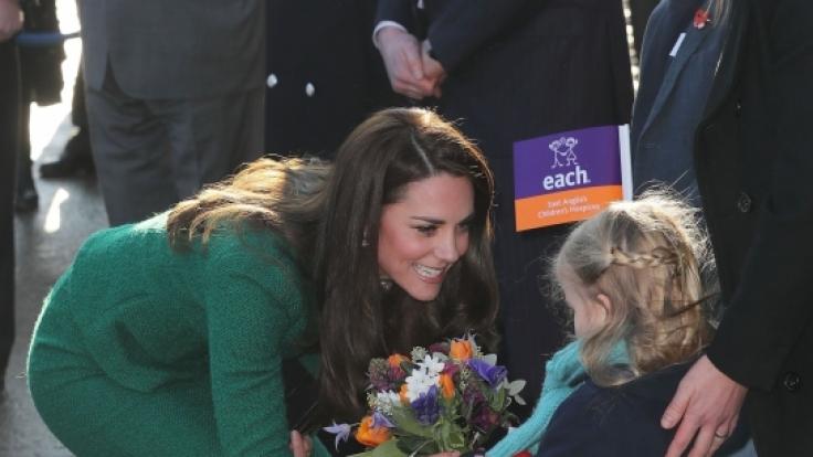 Ein kleines Mädchen überreichte der Herzogin von Cambridge einen bunten Blumenstrauß. (Foto)