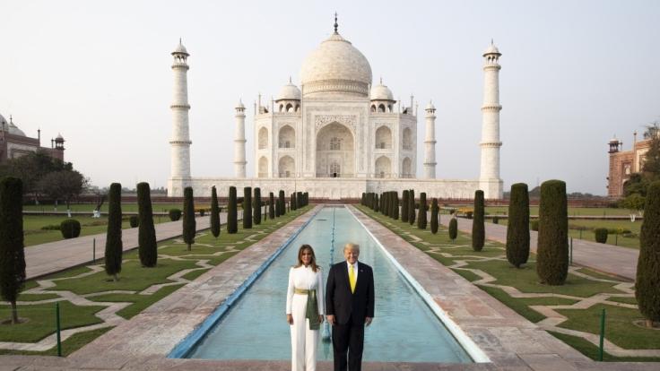 Für ihren Besuch des Taj Mahals in Indien entschied sich Melania Trump für einen Look, der das Netz spaltete.