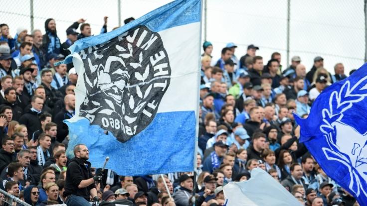 Mit Trommeln und Fahnen unterstützen die Fans den TSV 1860 München. (Symbolbild)