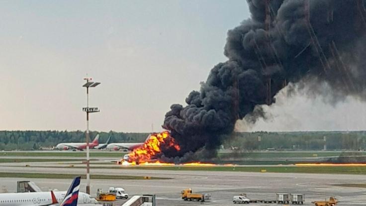 Ein Bild zeigt ein russisches Passagierflugzeug, das kurz nach dem Start Feuer gefangen hat und zu dem Moskauer Flughafen Scheremetjewo zurückkehren musste.