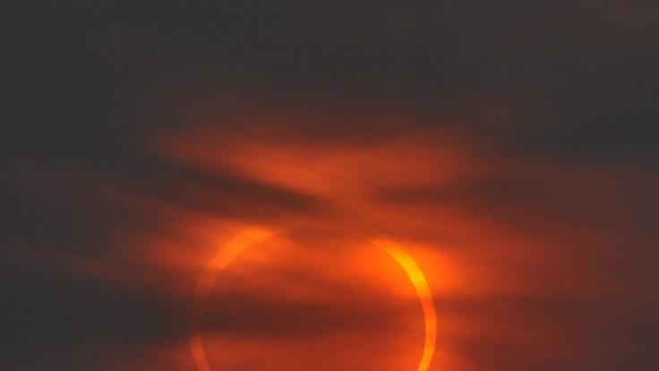Bei der ringförmigen Sonnenfinsternis erstrahlt ein Feuerkranz am Himmel.