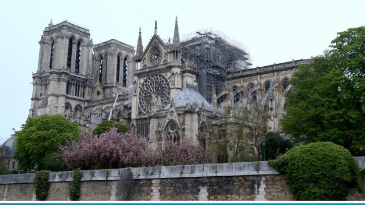 Blick auf die Kathedrale Notre-Dame nach einem Brand, der am 15.04.2019, einen Großteil des Gebäudes zerstört hat (oben) und die Kathedrale, aufgenommen am 07.03.2011.