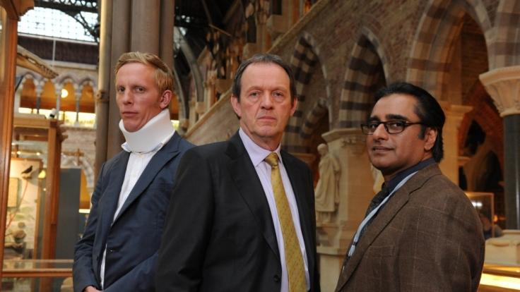DI Lewis (Kevin Whately, M.) und DS James Hathaway (Laurence Fox, l.) haben den Eindruck, dass Kanan Dutta (Sanjeev Bhaskar, r.) nicht alles sagt, was er weiß. (Foto)
