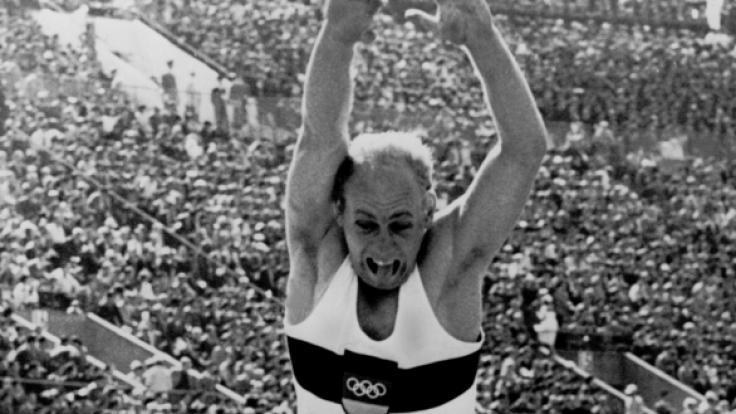 Der deutsche Zehnkämpfer Willi Holdorf beim Weitsprung bei den Olympischen Spielen von Tokio 1964.