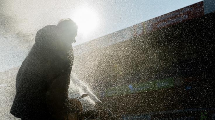 Der 1. Vorsitzende der Sportfreunde Lotte, Hans-Ulrich Saatkamp räumt Ende Januar Schnee auf dem Spielfeld mit einer Schneefräse.