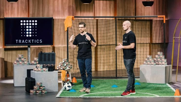 """Patrick Haas (l.) und Benjamin Bruder aus Frankfurt a. Main präsentieren mit """"Tracktics"""" eine App und Tracking Device für Sportler. Sie erhoffen sich ein Investment von 1 Million Euro für 8 Prozent der Anteile an ihrem Unternehmen. (Foto)"""