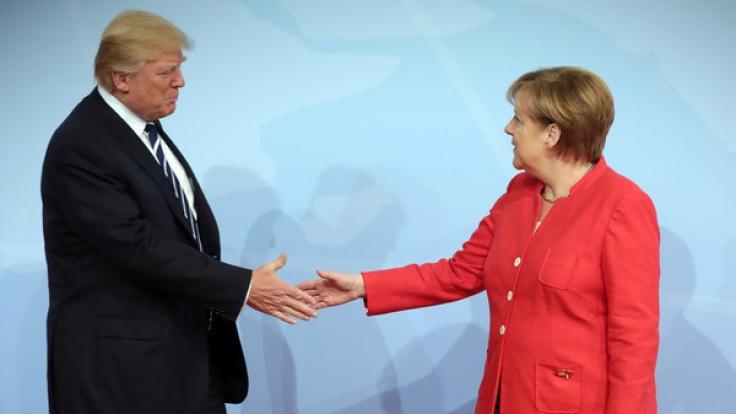 Weil er Angst vor Keimen hat, fürchtet Trump das Händeschütteln. Als Staatschef wird ihm diese Aufgabe jedoch öfter zuteil. (Foto)