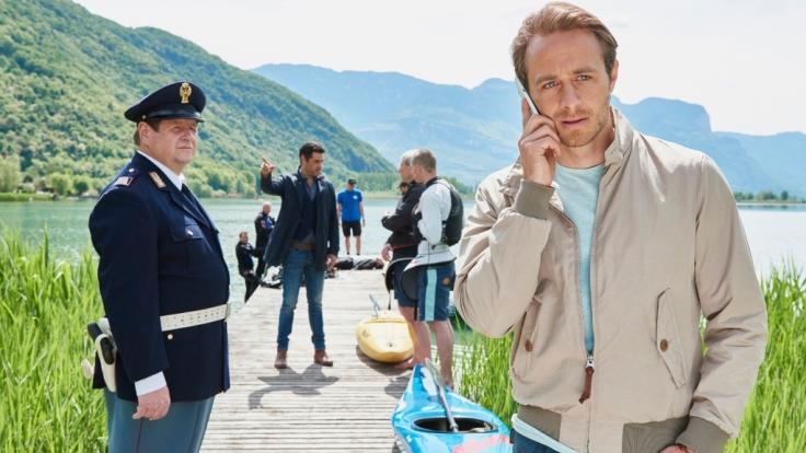 Jonas Kerschbaumer (Gabriel Raab, re.), sein Vater Peter (Hanspeter Müller-Drossaart, li.) und der neue Capo Zanchetti (Tobias Oertel) müssen einen Mafia-Mord aufklären. (Foto)