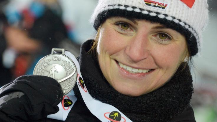 Andrea Henkel mit ihrer Silbermedaille beim Biathlon-Weltcup 2013 in Nove Mesto.