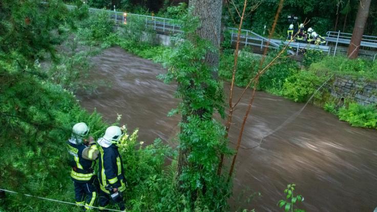Nach einer Sturzflut im sächsischen Jöhstadt wird ein Mann weiterhin vermisst. (Foto)