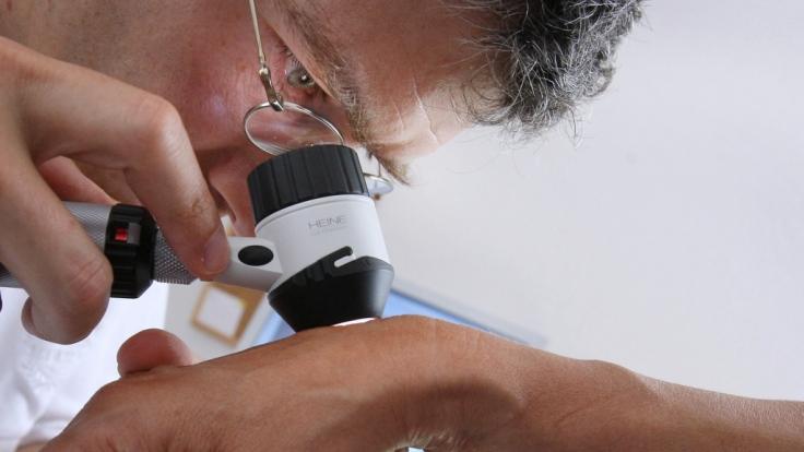 Verdorbene Kosmetik kann zu Hautrötungen, Pickel und sogar zu Krebs führen.
