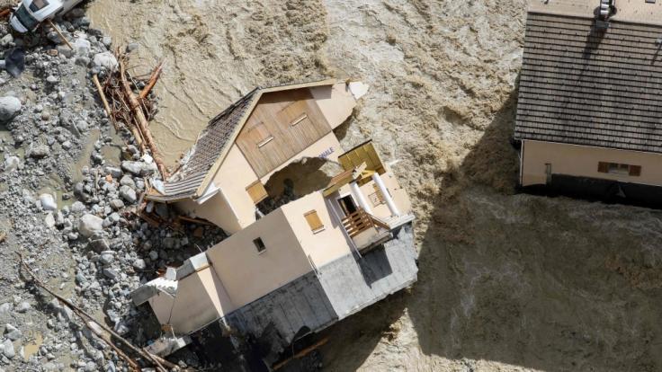 Frankreich, Saint-Martin-Vesubie: Ein Haus liegt zerstört. Nach Unwettern und Überschwemmungen in der Region der südfranzösischen Metropole Nizza werden nach Medienberichten mindestens neun Menschen vermisst.