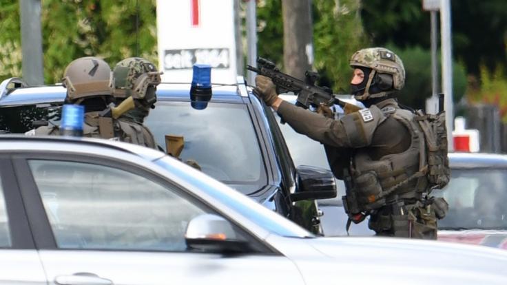 Ein Großaufgebot der Polizei hat ein Hotel im Münchner Vorort Aschheim nach einem bewaffneten Mann durchsucht. Die Beamten waren am Montagnachmittag von einem Mitarbeiter des Betriebs alarmiert worden.