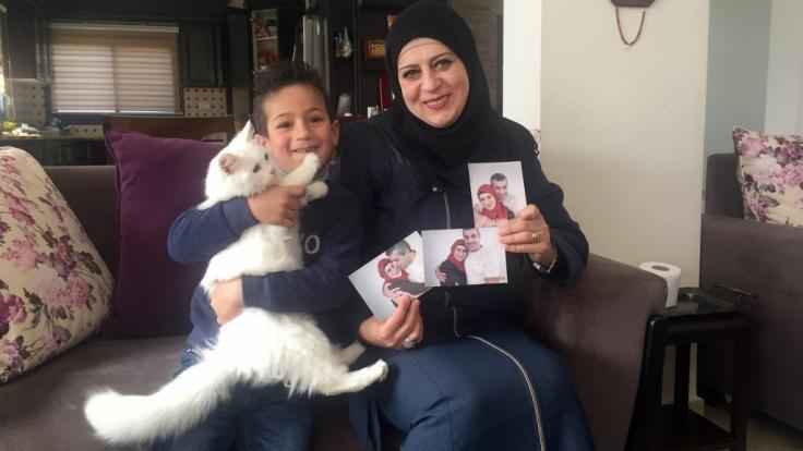 Sohn Madschd und Lydia Rimawi zeigen Bilder von Ehemann/Vater Abdul Karim Rimawi, dessen Samen aus der Haft geschmuggelt worden. (Foto)
