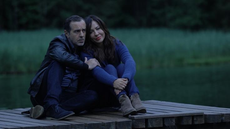 Katja Baumann (Simone Thomalla) genießt einen romantischen Abend mit ihrem Freund Cem (Merab Ninidze) am Seeufer.