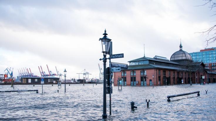 Der Fischmarkt mit der Fischauktionshalle steht während einer Sturmflut unter Wasser. (Foto)