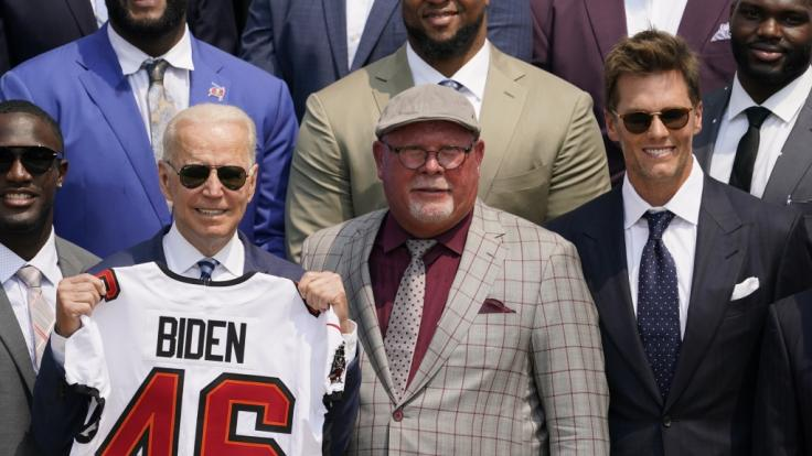 Joe Biden und Tom Brady verspotteten den Ex-Präsidenten gemeinsam. (Foto)