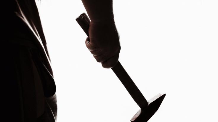 Schüler wollten ihren Lehrer mit Hämmern ermorden. (Symbolbild)