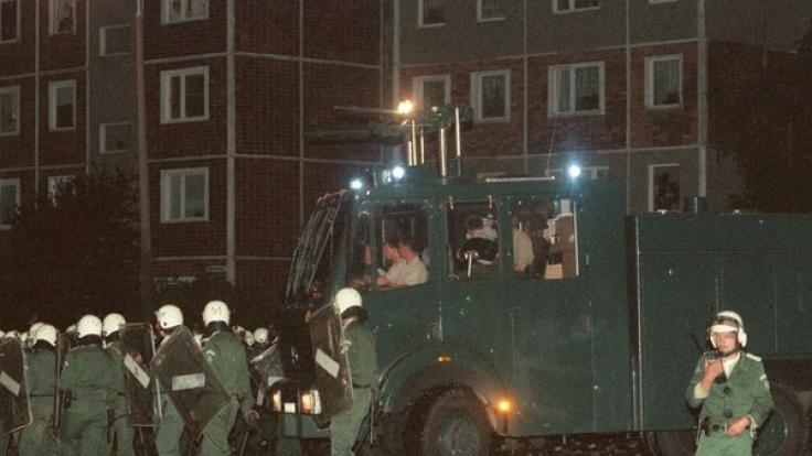 Obwohl die Polizei mit schwerem Gerät anrückte, konnte sie der Lage vor Ort nicht Herr werden. (Foto)