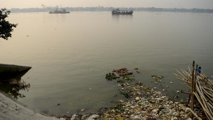 Dieser Tage sammelt sich nicht nur Müll am Ufer des Ganges. (Foto)