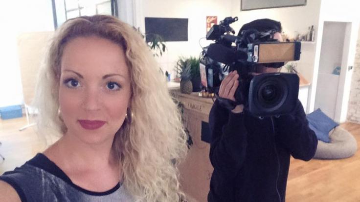 """Ex-Bachelor-Kandidatin Cindy Riedel steht bei """"Verdächtig - Knopf & Team übernehmen"""" als Sophie Bergmann vor der Kamera. (Foto)"""