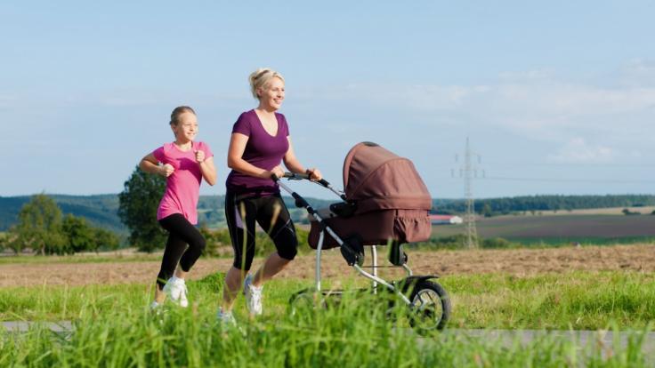 Gemeinsam fit - Der Spaziergang mit dem Kinderwagen lässt sich jederzeit zum Work-out ummodeln: Einfach Turnschuhe anziehen und das Tempo erhöhen. So macht das Training auch größeren Kindern Spaß.