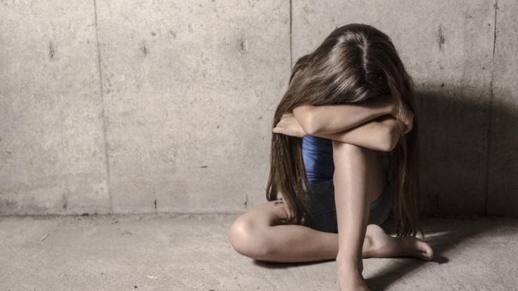 Der Sohn und dessen Vater sollen sich an zwei minderjährigen Mädchen vergangen haben. (Symbolbild) (Foto)