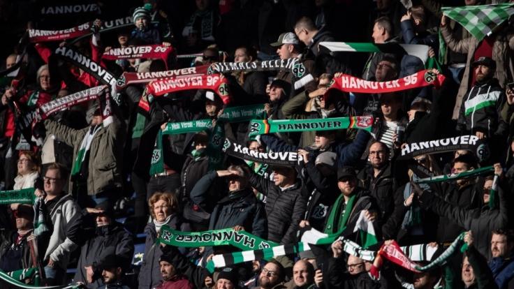 Von der Tribüne aus unterstützen die Fans von Hannover 96 ihre Mannschaft. (Symbolbild)