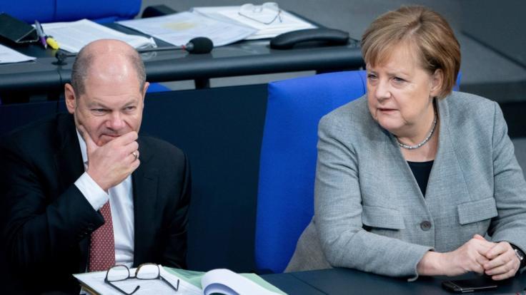 Bundesfinanzminister Scholz (l.) geht von einer Finanzierungslücke von fast 25 Milliarden Euro aus. (Foto)