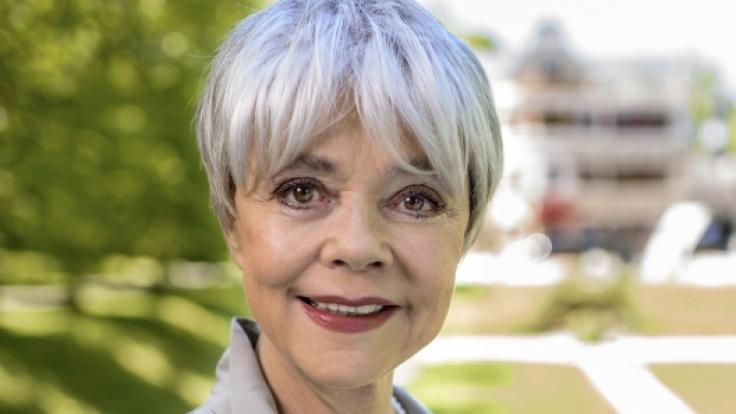 Als Christine Münchberg offenbart Simone Rethel ein Geheimnis, das alles verändern wird.
