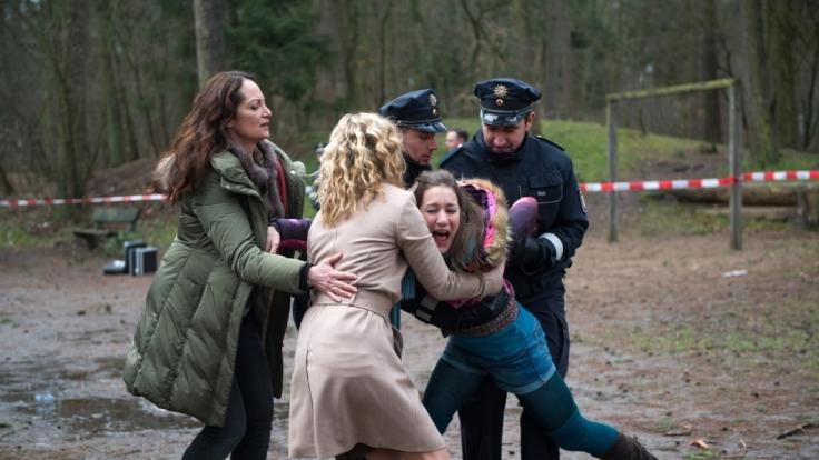 Jana (Natalia Wörner) und Britta (Brigitte Zeh) versuchen die schreiende Stefanie (Marie Leuenberger) am Tatort zu beruhigen. (Foto)