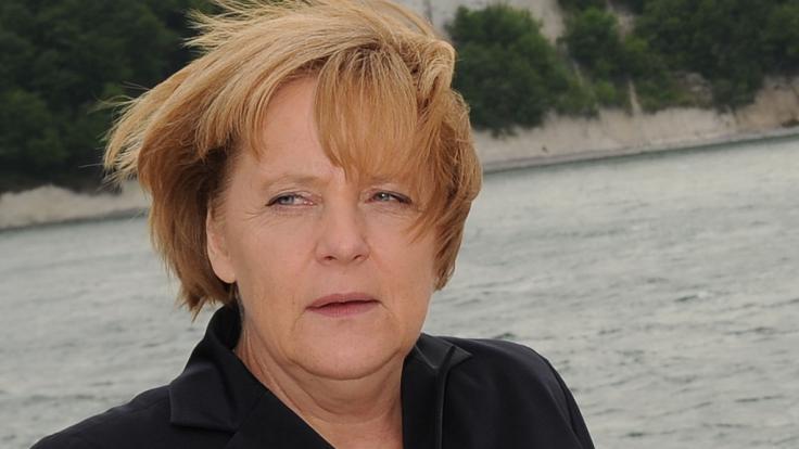 Angela Merkel hat schon diverse schlimme Frisuren aufgetragen. Udo Walz glättet seit einiger Zeit die schlimmsten Sturmfrisuren.