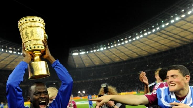 Schalkes Hans Sarpei jubelt 2011 mit dem DFB-Pokal. (Foto)