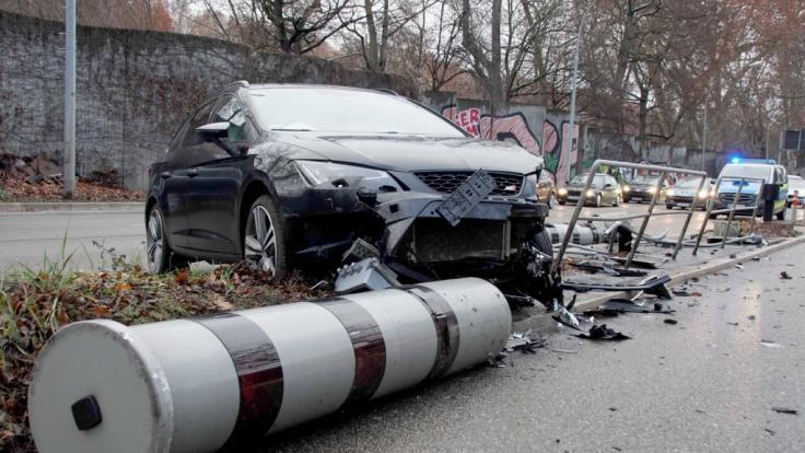 In Stuttgart hat ein Autofahrer zwei Blitzer wegrasiert.
