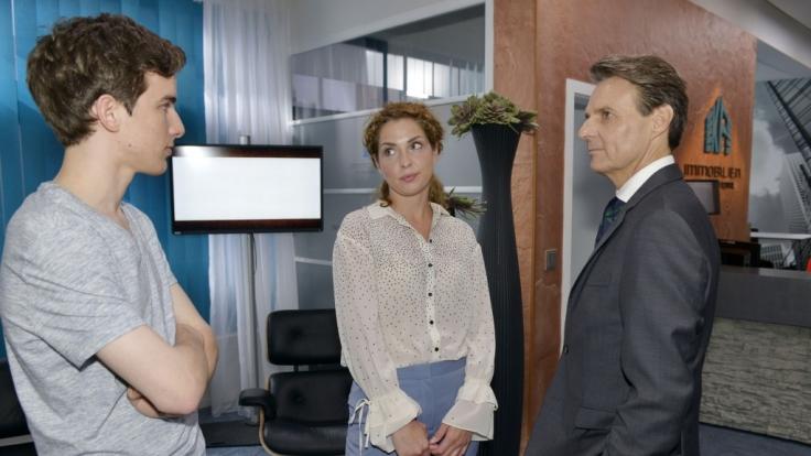 Luis (Maximilian Braun, l.) besucht gemeinsam mit seiner Mutter Nina (Maria Wedig) seinen künftigen Chef Jo Gerner (Wolfgang Bahro). (Foto)