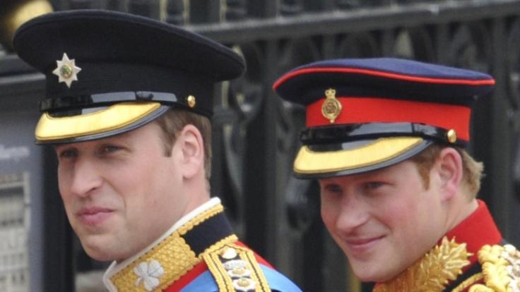 Prinz Harry und Prinz William trugen bei der Hochzeit des zukünftigen Königs ihre traditionellen Uniformen. (Foto)