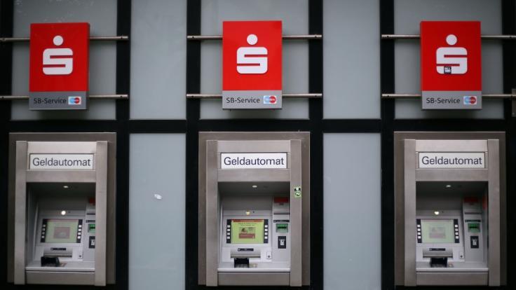 Die Sparkasse ändert den Ablauf des Geldabhebens an ihren Geldautomaten. (Foto)